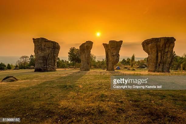 sunrise at the mor hin khao - pinnacle rock formation stock-fotos und bilder