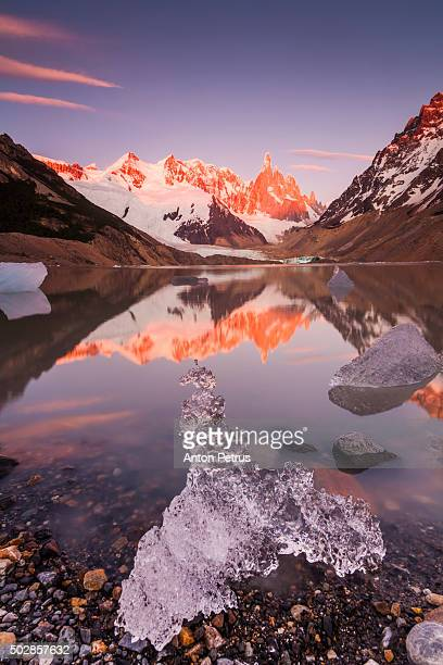 sunrise at the mountain cerro torre with ice floes - cerro torre photos et images de collection