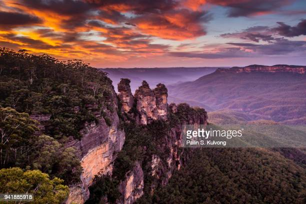 sunrise at the three sisters rock formation in blue mountains, new south wales/ australia - great dividing range stock-fotos und bilder