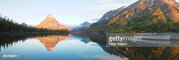 sunrise at two medicine lake - lago two medicine montana - fotografias e filmes do acervo