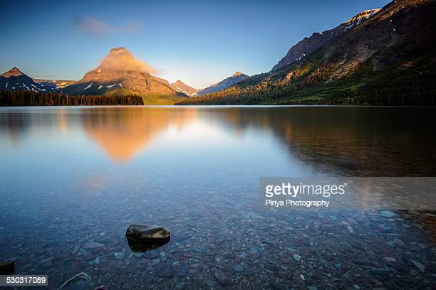 sunrise at two medicine - two medicine lake montana stock-fotos und bilder