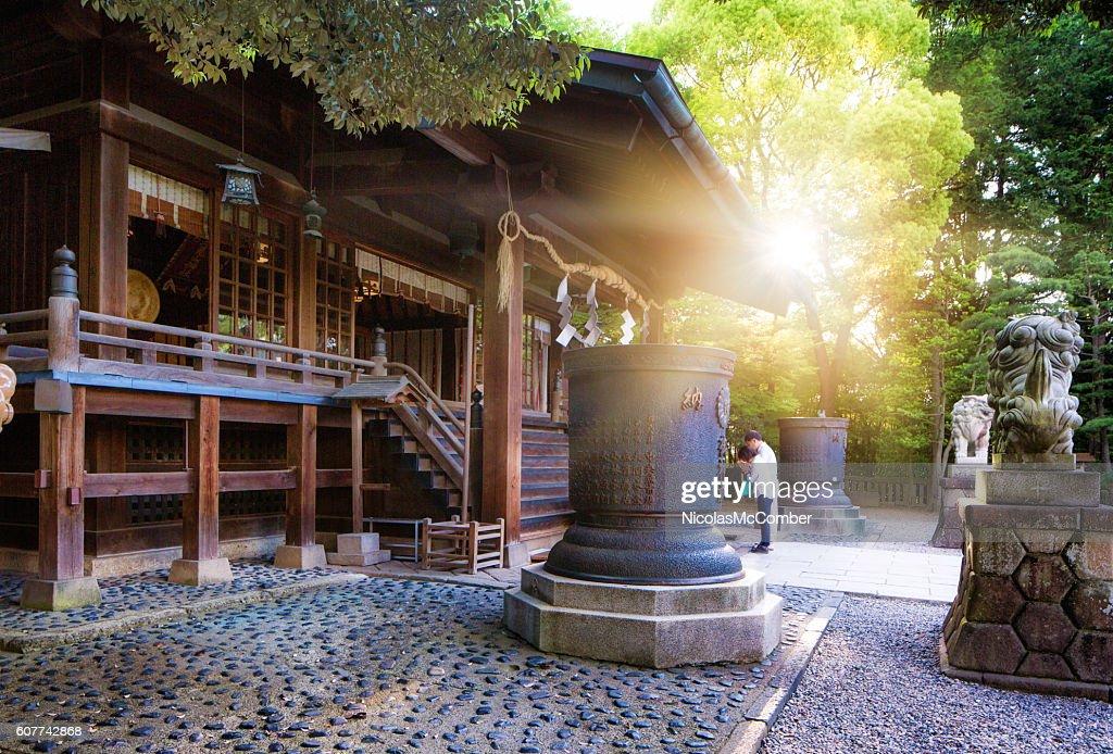 宇都宮二良山神社の日の出と祈る人々 : ストックフォト
