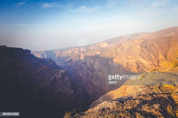 sonnenaufgang am wadi ghul, grand canyon von oman - flussbett stock-fotos und bilder