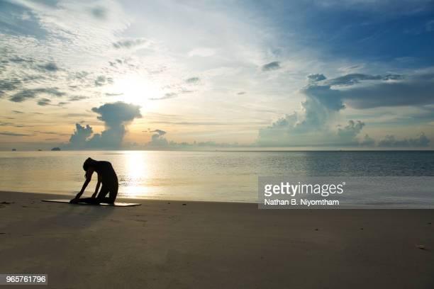 sunrise beach yoga - camel active stock-fotos und bilder