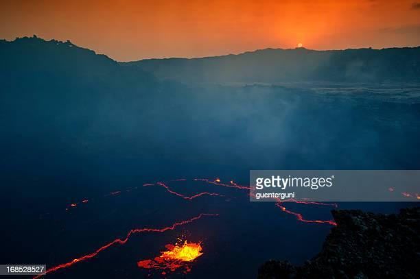 sunrise hinter den krater des erta ale vulcano - eritrea stock-fotos und bilder