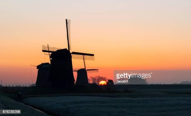 Sunrise achter windmolens