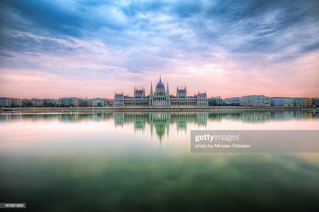 Sunrise by the Hungarian Pariliament : Foto de stock