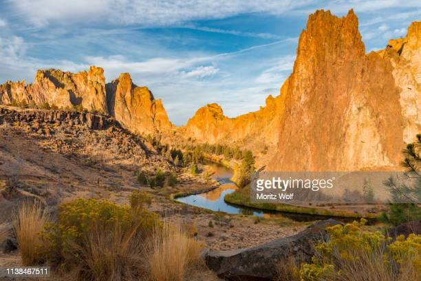 sunrise, canyon with the crooked river and striking rocky peaks, red wall and the christian brothers rock formations, smith rock state park, oregon, usa - smith rock state park stock pictures, royalty-free photos & images