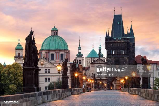 sunrise, charles bridge, old town bridge tower, prague, praha, czechia - charles bridge stock pictures, royalty-free photos & images