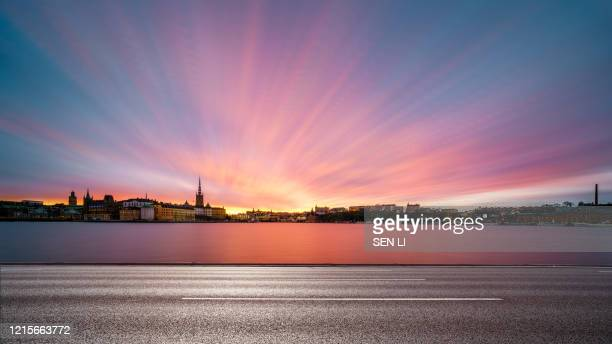 sunrise cityscapes background in stockholm with river and road foreground - sweden photos et images de collection