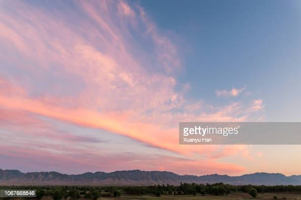 sunrise cloudscape with pink sky - avondschemering stockfoto's en -beelden