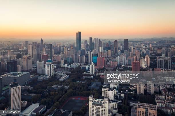 sunrise drone photo of nanjing cityscape - alto descrição geral - fotografias e filmes do acervo