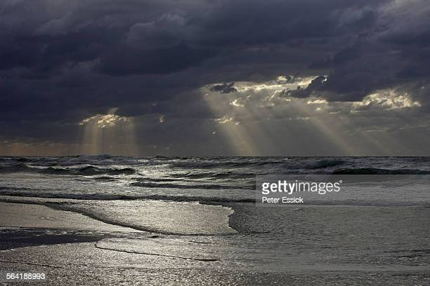 sunrise during rain, eastern beach near the pinnacles, fraser island, australia. - queensland stock-fotos und bilder
