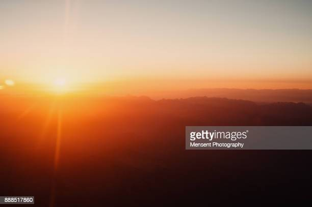 sunrise from airplane window kotor, montenegro - zonsopgang stockfoto's en -beelden