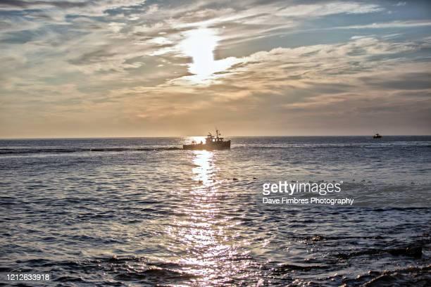 sunrise in maine - barco pesquero fotografías e imágenes de stock