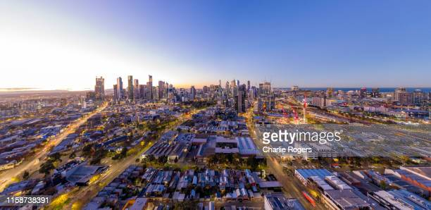 sunrise in melbourne cbd skyline and surrounding residential suburbs - melbourne australia foto e immagini stock