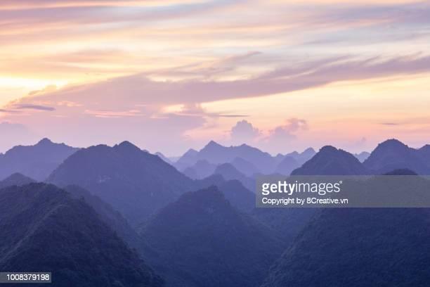 sunrise in mist in bac son valley, lang son, vietnam. - citation photos et images de collection