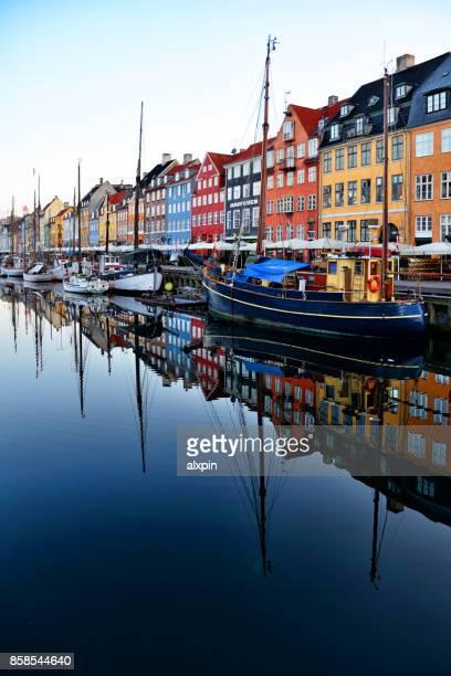 sunrise in nyhavn, copenhagen - copenhagen foto e immagini stock