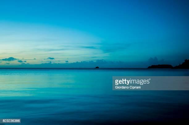 sunrise in republic of palau beluu er a belau (palauan) - orizzonte sull'acqua foto e immagini stock