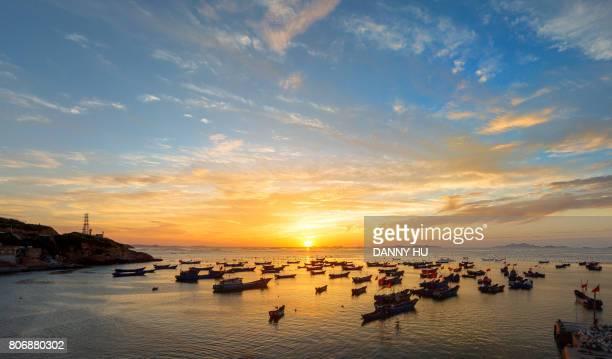 sunrise in sea shore of zhoushan, zhejiang province - barco pesquero fotografías e imágenes de stock