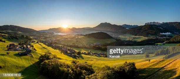 sonnenaufgang in den bergen - kemter stock-fotos und bilder