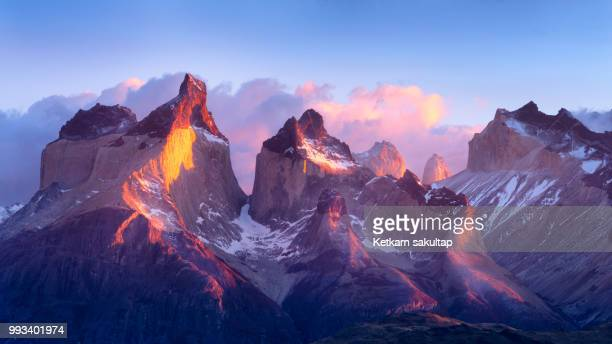 sunrise in the patagonian andes mountains. - patagonia foto e immagini stock