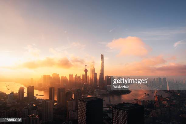 sunrise of cityscape of shanghai skyline in the morning - schanghai stock-fotos und bilder