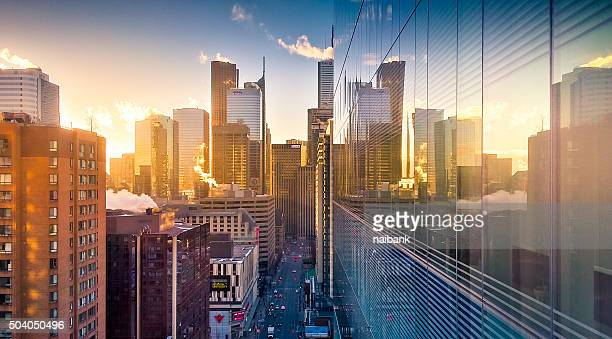 sunrise of toronto (bay and dundas) - toronto - fotografias e filmes do acervo