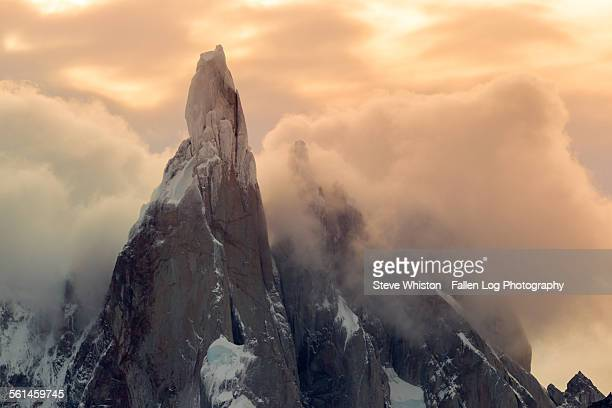 sunrise on cerro torre mountain peak patagonia - cerro torre stock-fotos und bilder