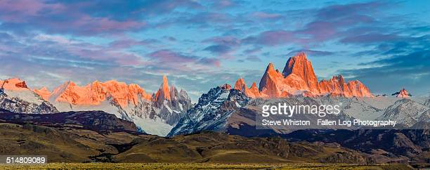 sunrise on mt fitzroy in patagonia - cerro torre photos et images de collection