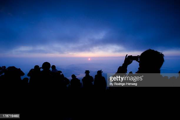 sunrise on summit of fujisan - figurantes incidentais - fotografias e filmes do acervo