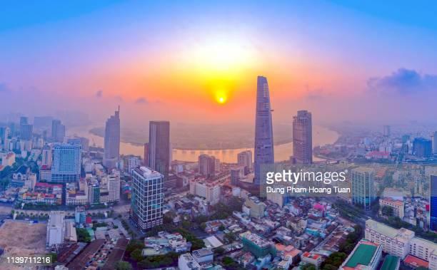 sunrise on the ho chi minh city from above - ho chi minhstad stockfoto's en -beelden