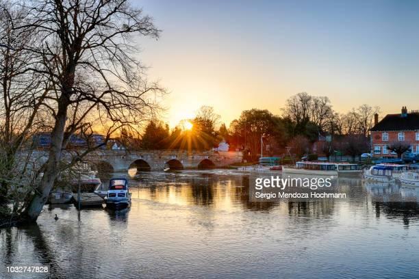 sunrise on the river avon with clopton bridge below it in stratford-upon-avon, england - ストラトフォード・アポン・エイボン ストックフォトと画像