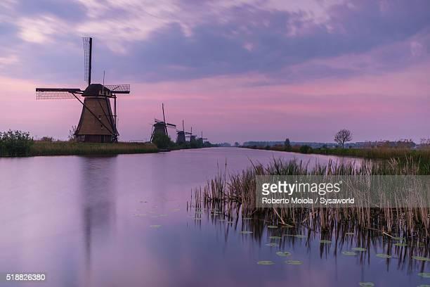 sunrise on windmills kinderdijk holland - キンデルダイク ストックフォトと画像