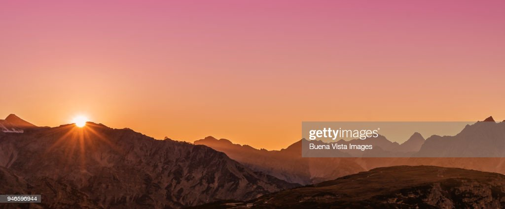Sunrise over a mountain range : Foto de stock