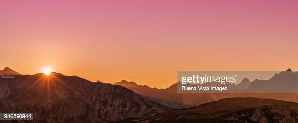 sunrise over a mountain range - zonsopgang stockfoto's en -beelden
