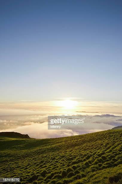 sonnenaufgang über den wolken - mlenny stock-fotos und bilder
