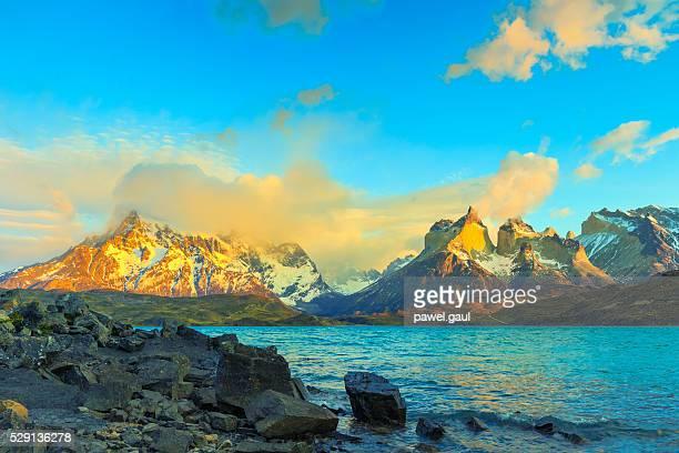 Lever du soleil sur Cuernos del Paine, la Patagonie, au Chili