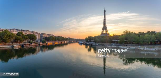 sunrise over eiffel tower in paris - paris stockfoto's en -beelden