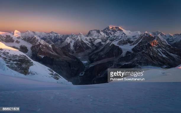 sunrise over everest mountain from mera peak, everest region, nepal - land geografisches gebiet stock-fotos und bilder