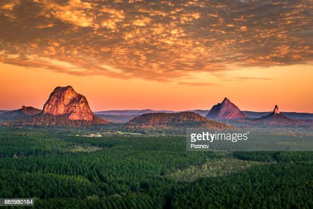 sunrise over glass house mountains of queensland - queensland stock-fotos und bilder