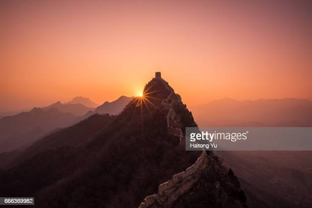 sunrise over great wall at simatai - chinesische kultur stock-fotos und bilder