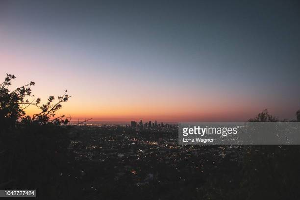 sunrise over los angeles city - de stad los angeles stockfoto's en -beelden