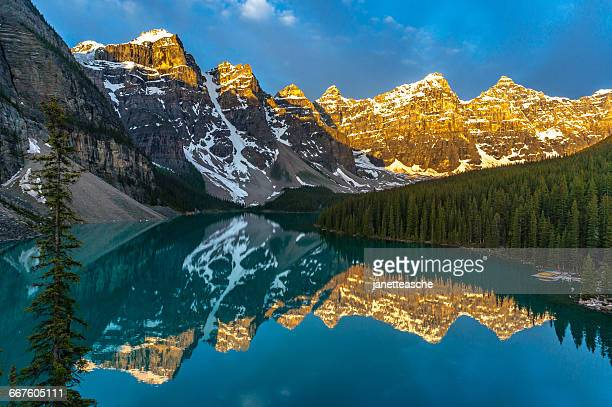 sunrise over moraine lake, canadian rockies, banff national park, alberta, canada - valley of the ten peaks stock pictures, royalty-free photos & images