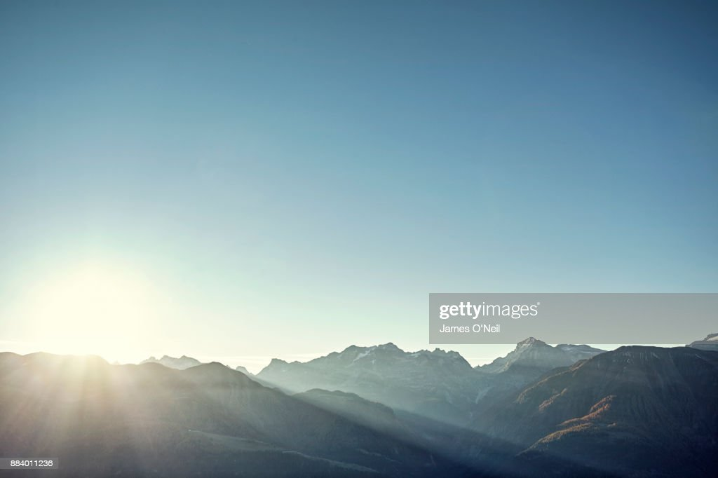 Sunrise over mountain range and clear skies : Stock-Foto