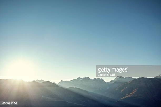 sunrise over mountain range and clear skies - horizon stockfoto's en -beelden