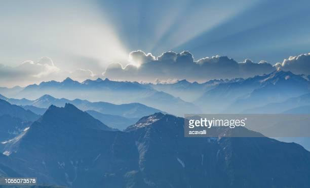 日の出山の範囲。 - クールマイヨール ストックフォトと画像