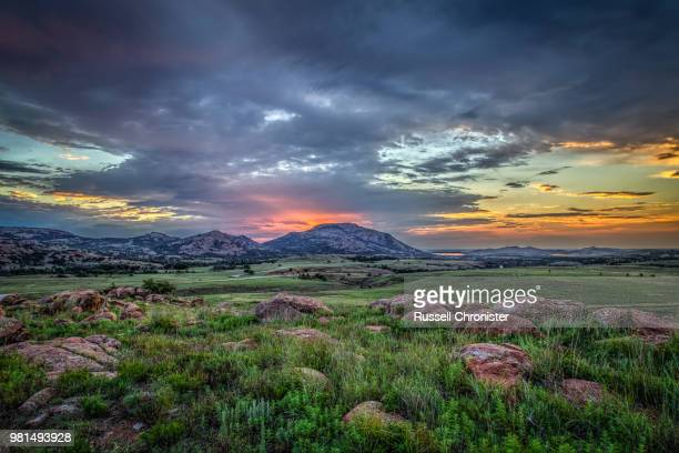sunrise over mt. scott, oklahoma, usa - oklahoma - fotografias e filmes do acervo