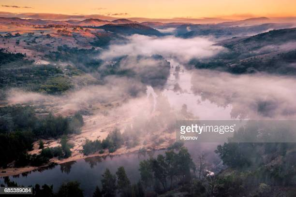 sunrise over murrumbridge river in australian capital territory - great dividing range stock-fotos und bilder