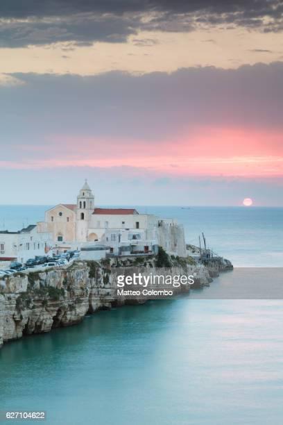 sunrise over old town of vieste, gargano, puglia, italy - les pouilles photos et images de collection